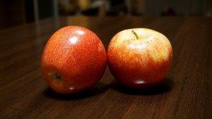 2 manzanas encima de una mesa