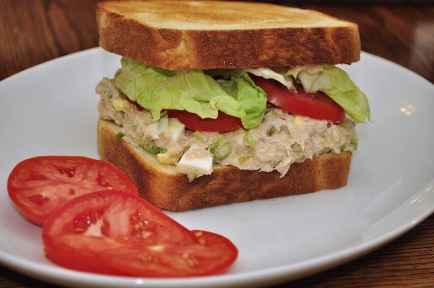 sandwich de ensalada de atun con tomates al lado