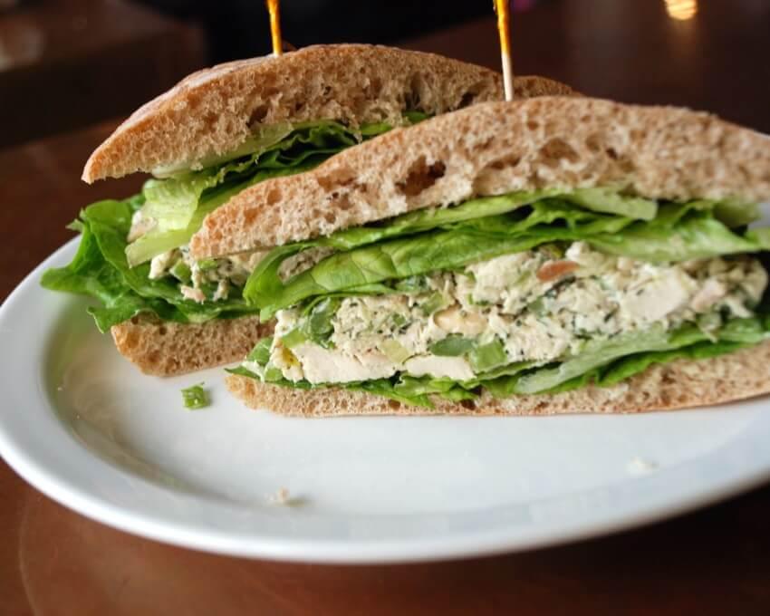 sandwiches de ensalada de pollo
