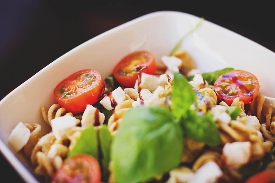 ensalada de pollo con pasta y verduras
